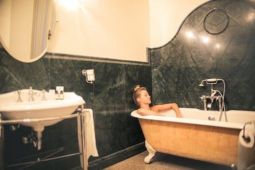 Oben Ohne Entspannung In Der Badewanne