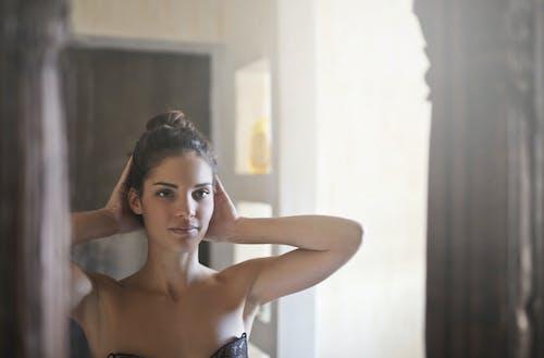 Mujer En Sujetador Negro Mirando Su Cuerpo En El Espejo