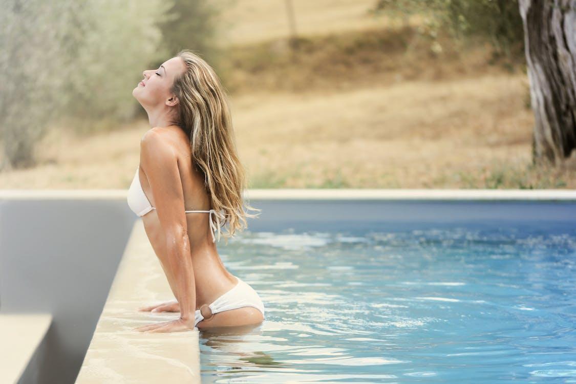 bên hồ bơi, biển, bikini