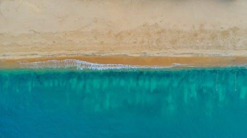 Минималистская морская волна и пляж