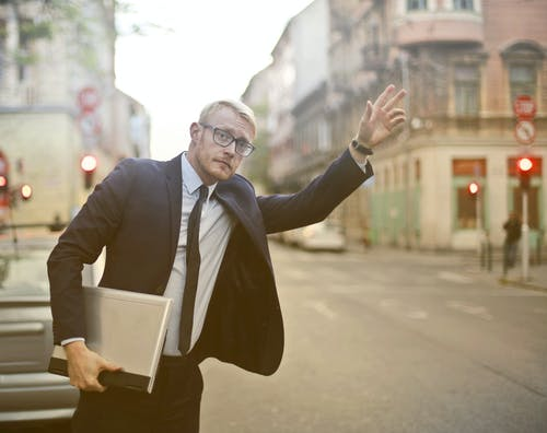 Homme En Costume Noir En Attente D'un Taxi