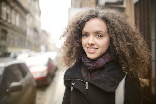 Безкоштовне стокове фото на тему «верхній одяг, вираз обличчя, Вулиця, гарні очі»