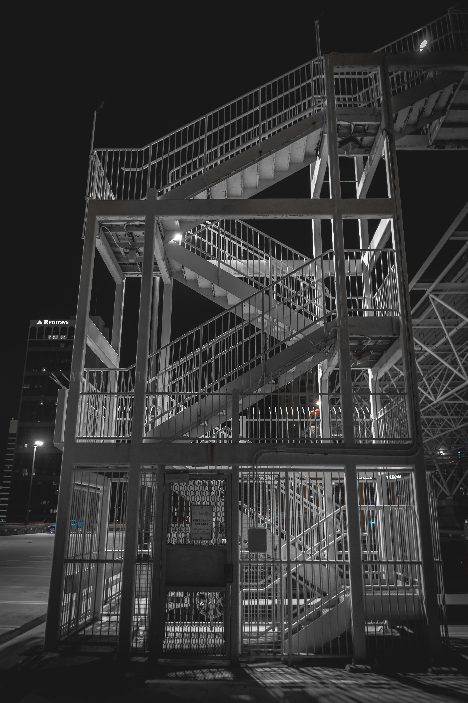 Foto stok gratis Arsitektur, baja, cahaya, fotografi sudut rendah
