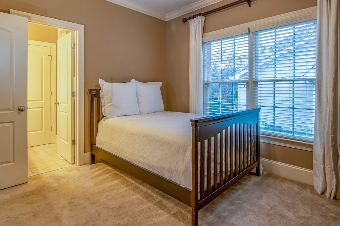 臥室內的棕色木製床