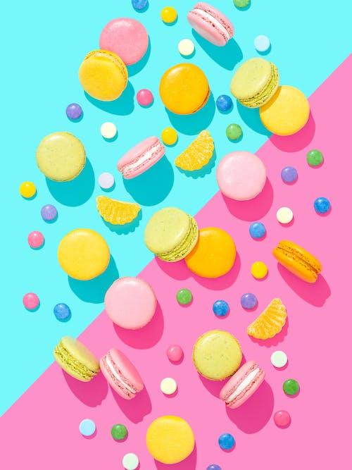 マカロンとお菓子でカラフルな明るい構図