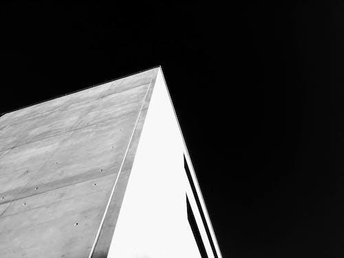 Kostenloses Stock Foto zu beton, dunkler himmel, haus