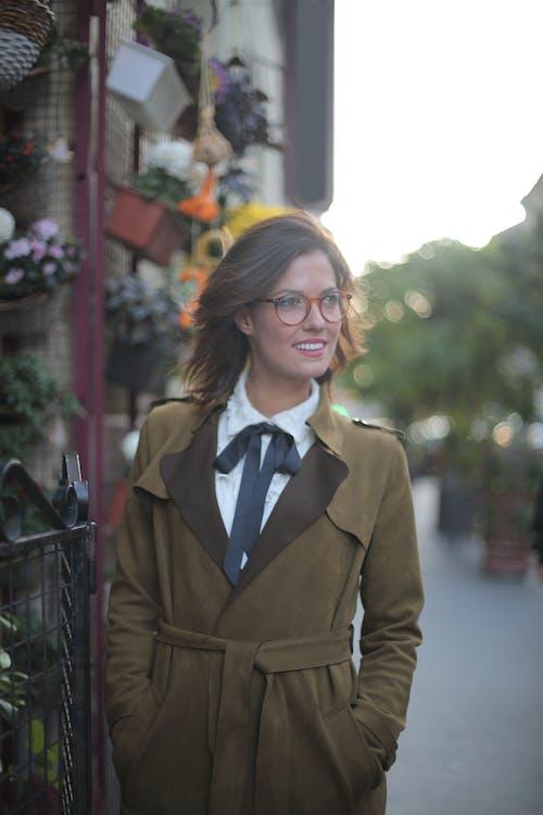Şehirde Tek Başına Sokakta Yürüyen Gözlüklü Kendine Güvenen Mutlu Yetişkin Kadın