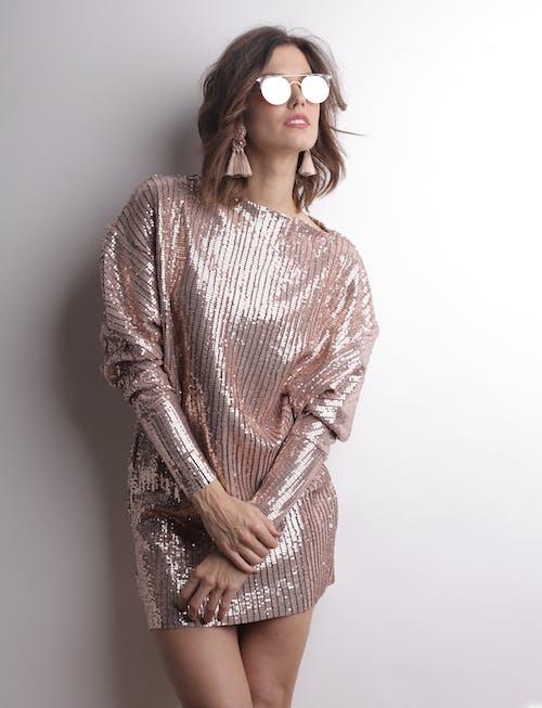 Uzun Kollu Elbise Ve Güneş Gözlüğü Takan Kadın