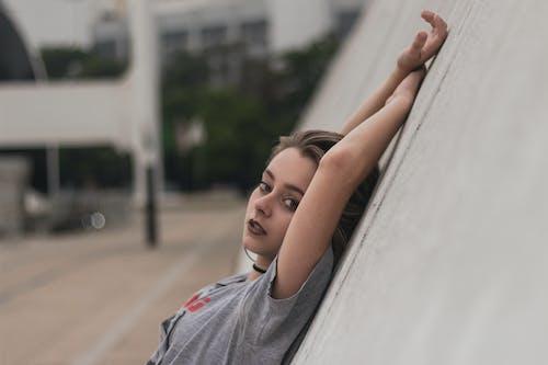 Gratis stockfoto met aantrekkelijk, aantrekkelijk mooi, alleen, blurry achtergrond