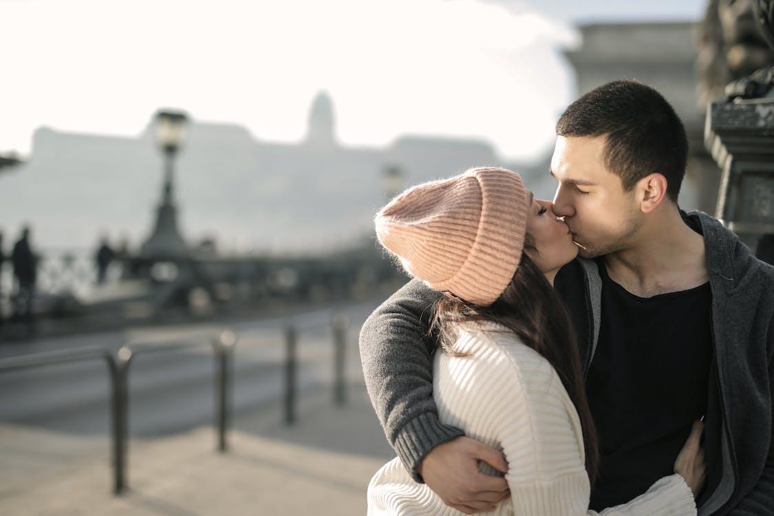 Foto Eines Paares, Das Umarmt Und Küsst
