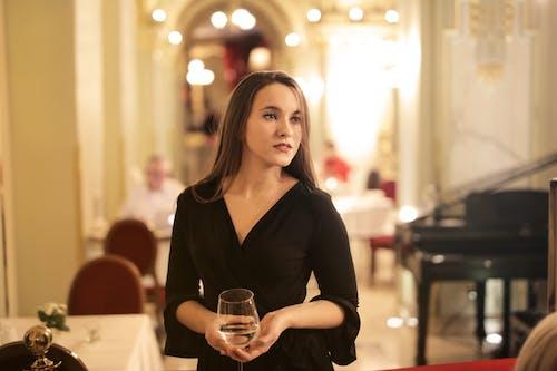 Frau Im Schwarzen Langarm, Der Champagnerglas Hält