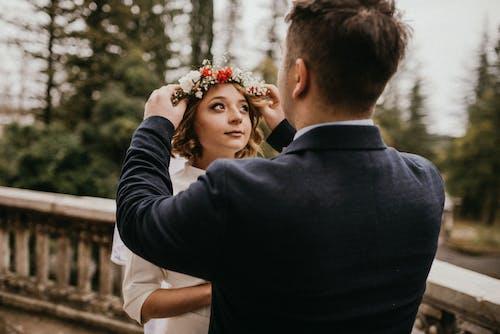 Photos gratuites de amour, arrière-plan flou, costume, couple