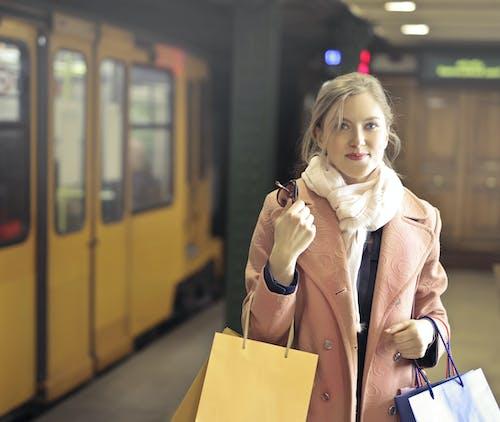 Frau Im Rosa Mantel, Der Einkaufstaschen Hält
