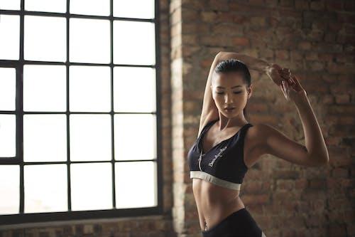運動をしている黒のアクティブウェアの女性