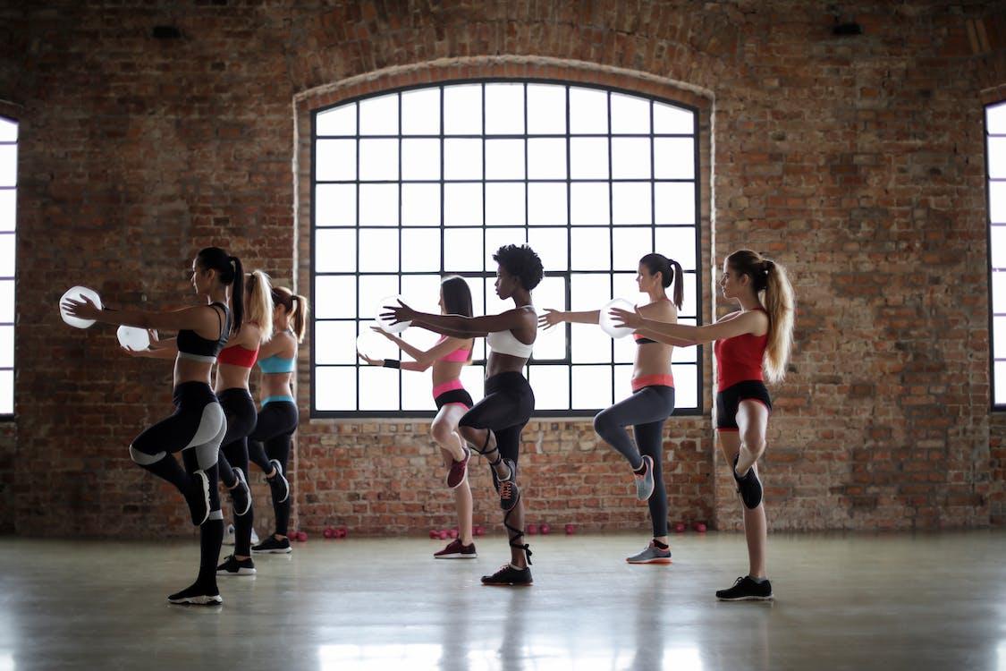 Gruppe Von Frauen, Die Yoga Klasse Machen