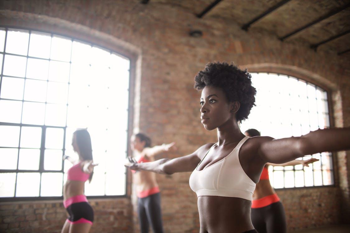 Selbstbewusstes Training Für Ethnische Frauen Mit Anderen Sportlerinnen Im Modernen Fitnessstudio