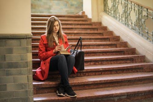 Femme En Veste Rouge Assis Sur Un Escalier Marron