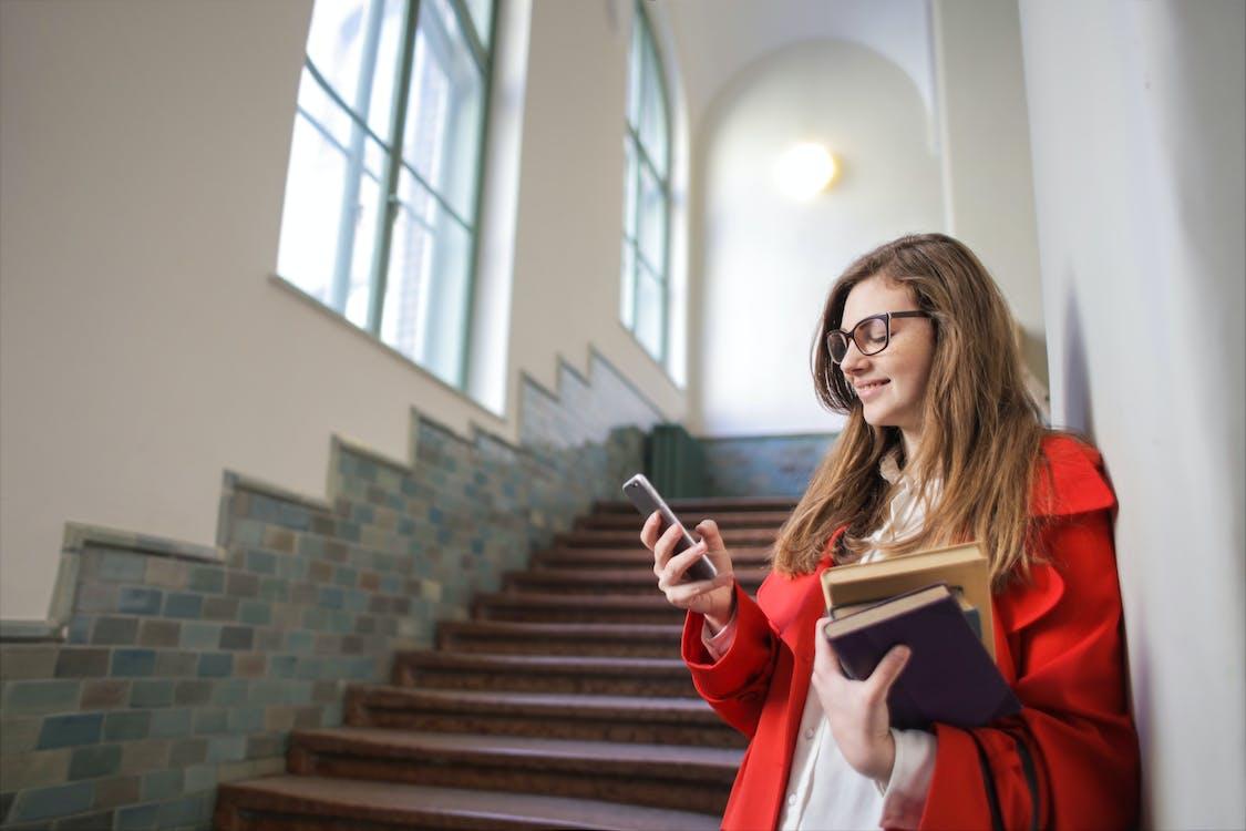 Mujer Sosteniendo Smartphone