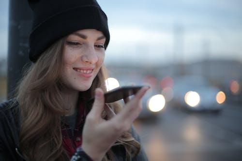 Akşam Sokakta Telefon Ederek Neşeli Genç Kadın