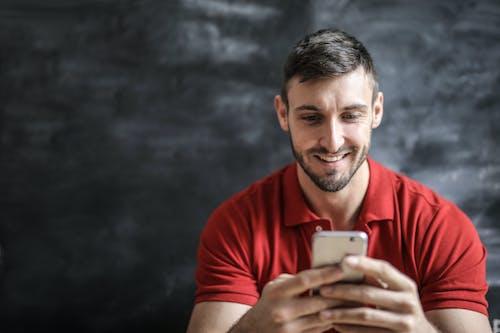 Ảnh lưu trữ miễn phí về áo polo đỏ, Đàn ông, điện thoại di động, điện thoại thông minh