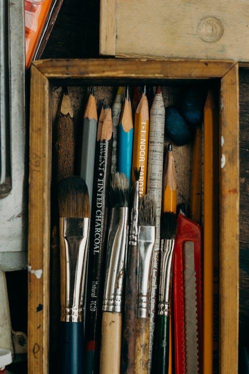 Foto De Materiales De Arte En Caja De Madera
