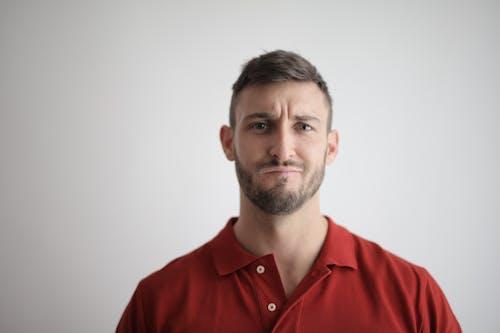 Hombre En Camisa Roja Con Botones