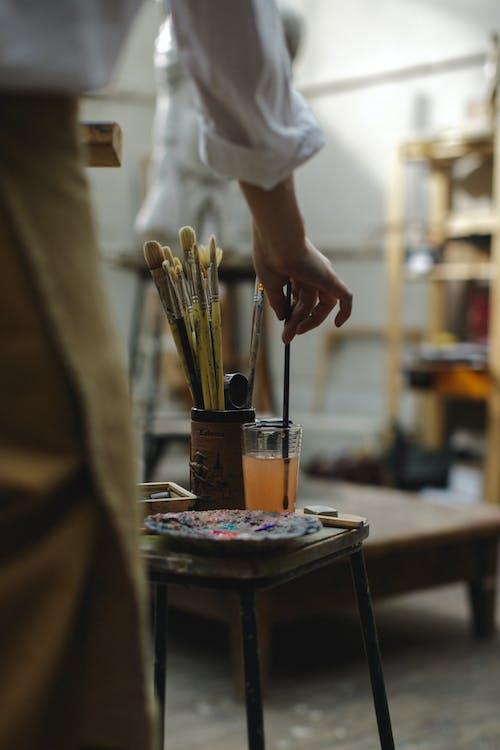 Foto profissional grátis de adulto, água, arte, artigos de vidro