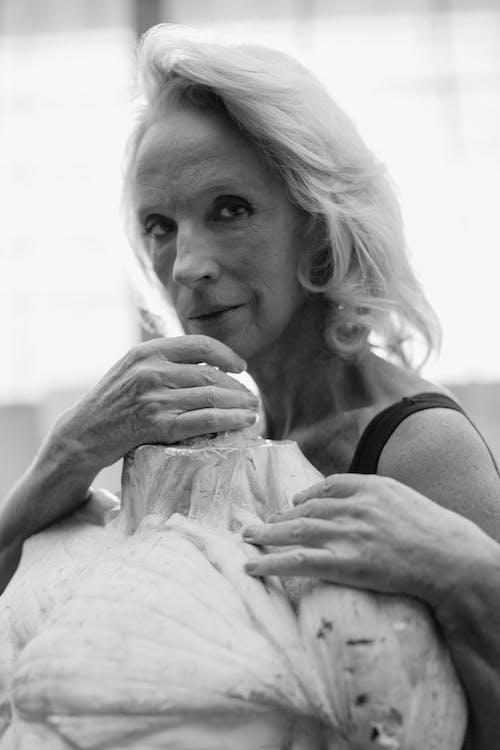 Foto In Scala Di Grigi Di Una Donna Anziana