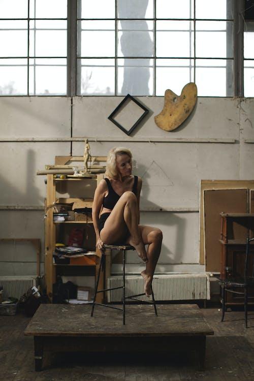 Mujer En Sujetador Negro Sentada En Una Silla