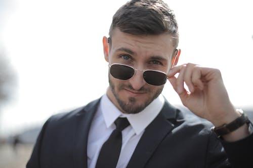 Mann Im Schwarzen Anzug, Der Schwarze Sonnenbrille Trägt