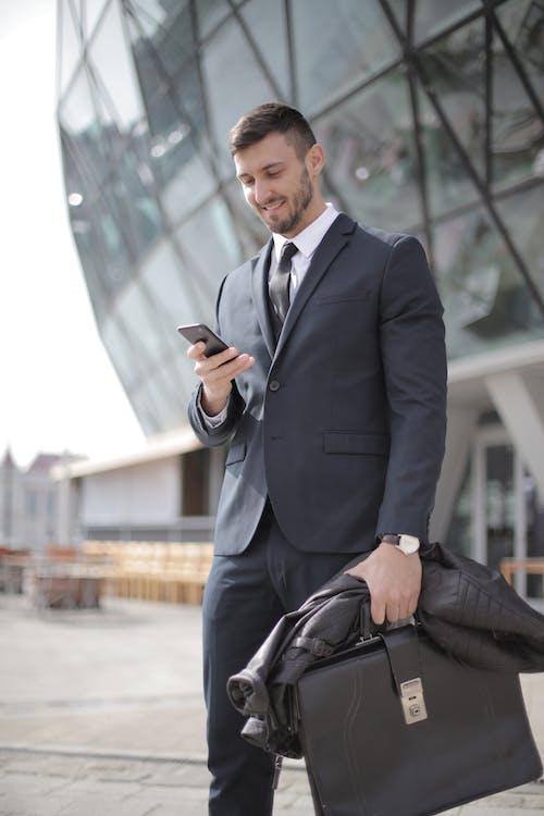 ~을 사용하여, 가방, 검은 색 양복, 격식 있는 코트의 무료 스톡 사진