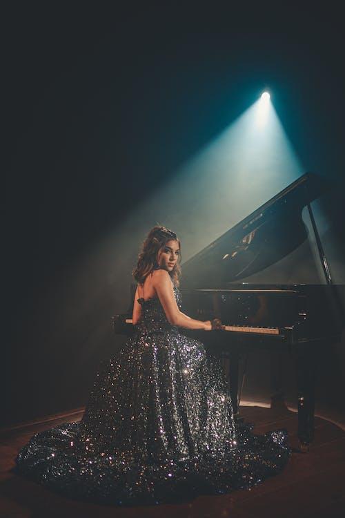 Femme Assise Près Du Piano