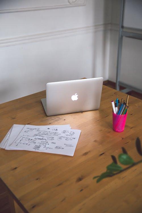 Wit Printerpapier Op Bruin Houten Tafel Naast Laptop