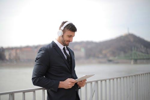 검은 색 양복, 격식 있는 코트, 격식있는 옷차림, 기댄의 무료 스톡 사진