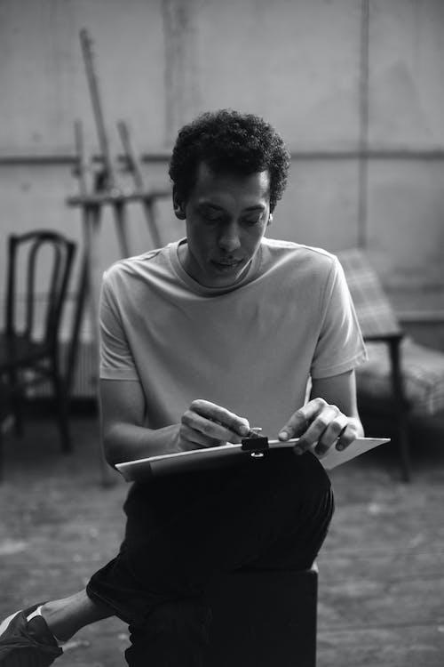 Foto Eines Mannes, Der Eine Holzkohle Und Einen Weißen Karton Hält