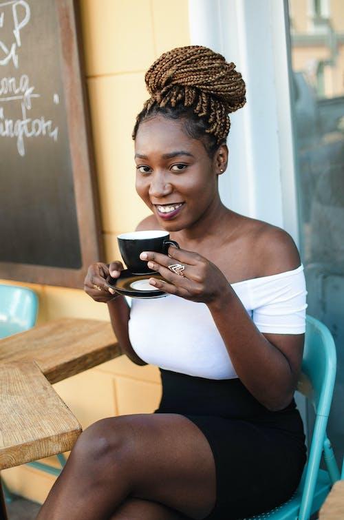 Бесплатное стоковое фото с африканка, афро-американка, Бар-кафе, белый