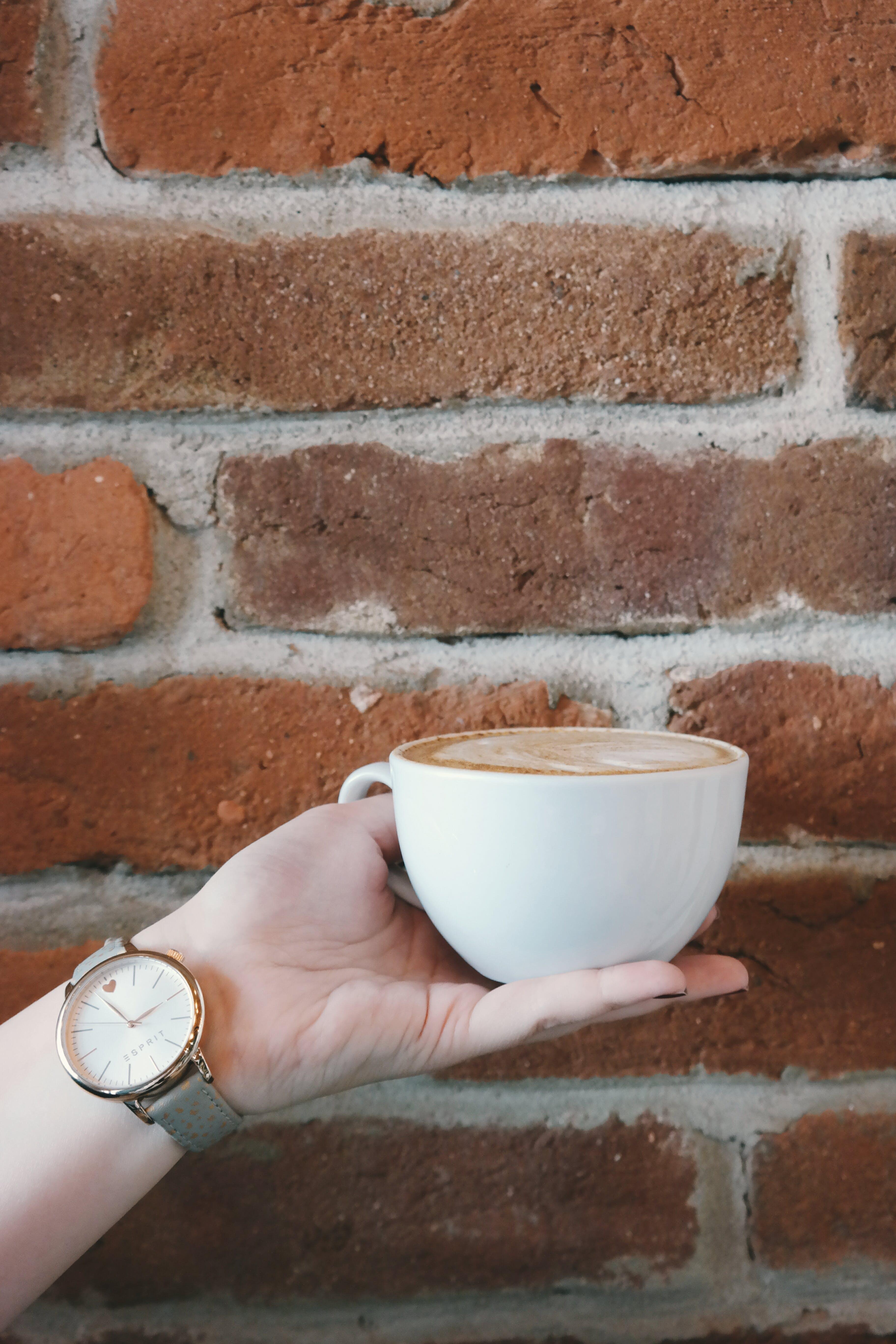 Kostenloses Stock Foto zu analoge uhr, cappuccino, getränk, hand