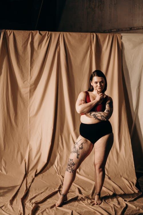 Foto d'estoc gratuïta de cortina, cos, dempeus, dona