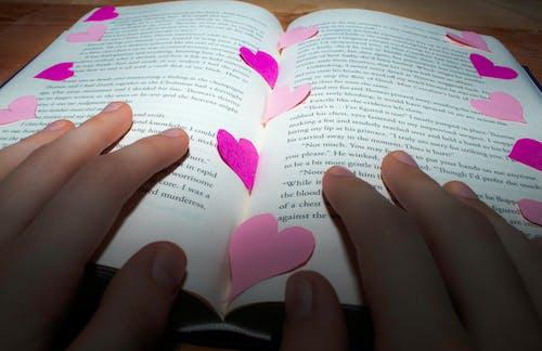 Ingyenes stockfotó kezek, könyv, olvas témában