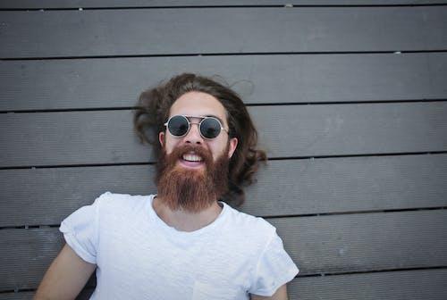 Бесплатное стоковое фото с белая рубашка, Борода, бородатый мужчина, веселье