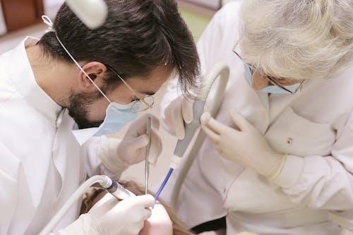 Dentista E Infermiera Che Lavora Sui Denti Della Donna