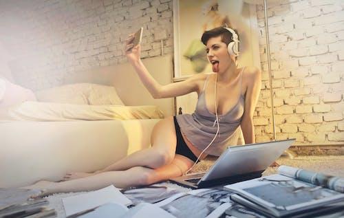Kostnadsfri bild av avslappning, bärbar dator, böcker, dämpa