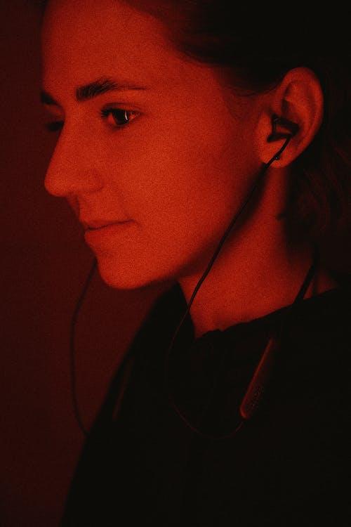 Kostnadsfri bild av flicka, gata porträtt, headset, hörlurar