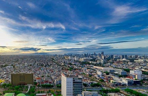 Pemandangan Udara Dari Bangunan Kota Di Bawah Langit Biru