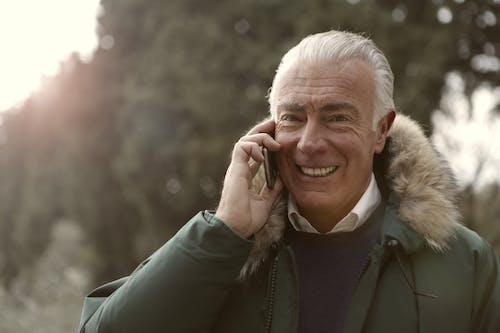 Человек в зеленой куртке разговаривает с некоторыми