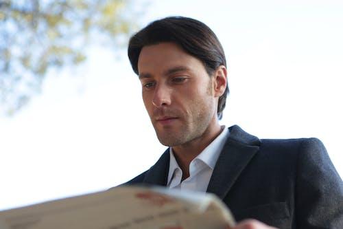 Mann Im Schwarzen Anzug, Der Zeitung Liest