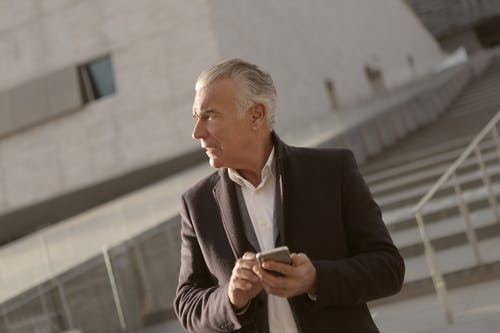 Man In Zakelijke Kleding Met Een Smartphone