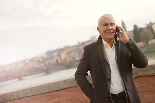 Kostenloses Stock Foto zu älterer herr, anrufen, apropos, brücke