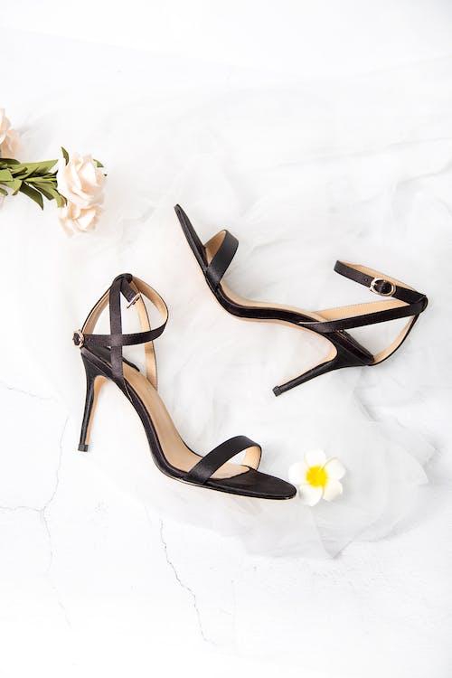黑色和棕色露趾脚踝绑带高跟凉鞋