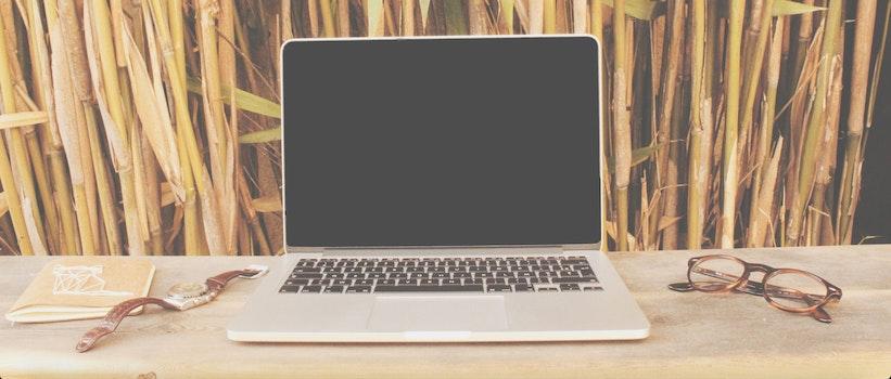 Kostenloses Stock Foto zu schreibtisch, laptop, armbanduhr, internet